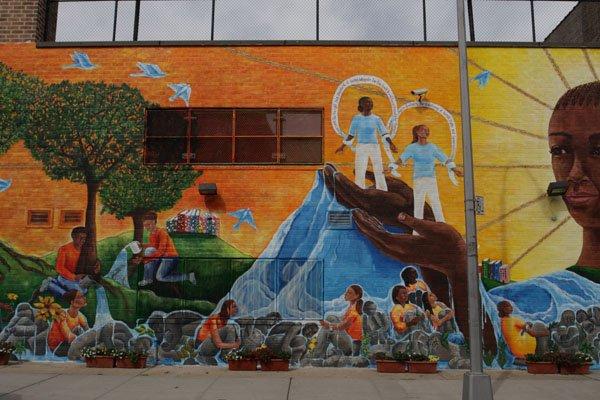Woman Rise i Brooklyn, N.Y., af kunstneren Katie Yamasaki i samarbejde med Groundswell Community Mural Project. Her tog kunstneren udgangspunkt i de lokale kvinders situation. (Foto: Peter Schultz Jørgensen)