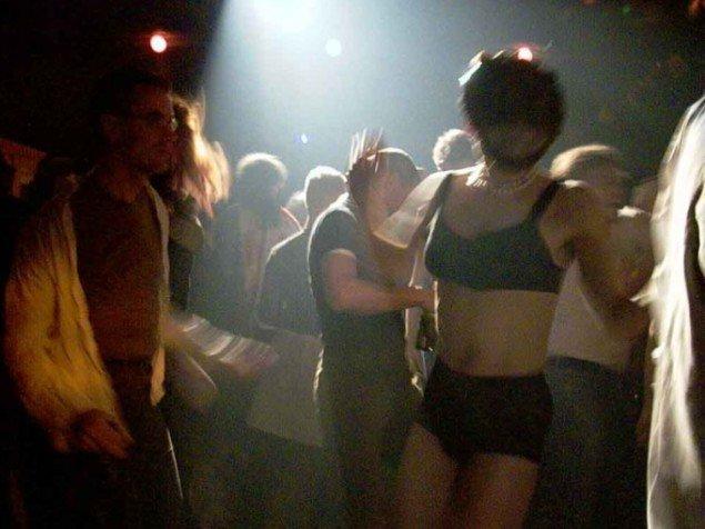 Et eksempel på et anderledes udstillingssted: Her opfører Dunst deres performance LE FREAK i 2002 blandt festende i det daværende Ungdomshus. (Foto: Warehouse9)