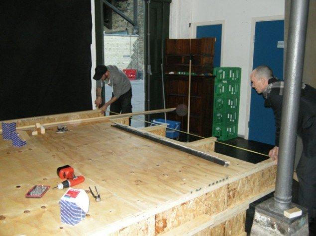 Her ses kunstneren Christian Van Schijndel, som er i færd med at opbygge scenen til sin egen performance. Til højre Jørgen Callesen (Foto: Philip Tonda)