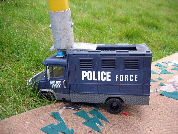 Politiet var ellers mødt talstærkt op men blev kategorisk standset. Foto: Anne Dyhr.