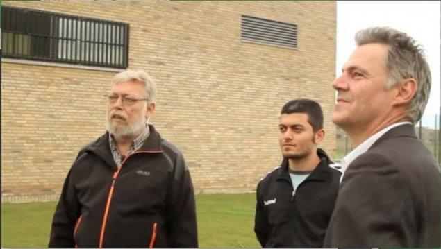 Christian Lemmerz (t.h.) diskuterer sin skulptur med to indsatte i Statsfængsel Østjylland. (Still fra filmen Frirum. Filmet af Kim Høgh Mikkelsen)