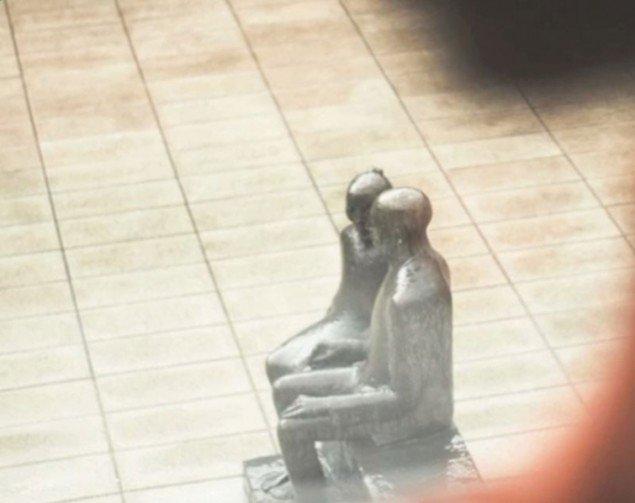 Hanne Varmings skulptur Mine oldeforældre i Statsfængsel Østjylland. (Still fra filmen Frirum. Filmet af Kim Høgh Mikkelsen)