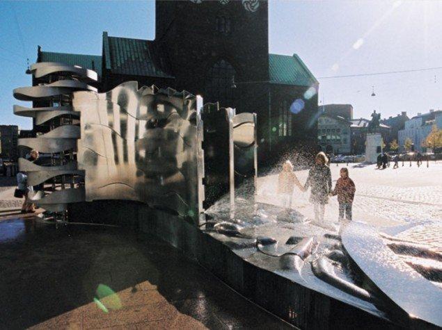 """Elisabeth Toubros Torvenes Brøndsløjfe bedre kendt som """"Vanddragen"""" på Store Torv i Århus. (Foto: Ib Andersen)"""