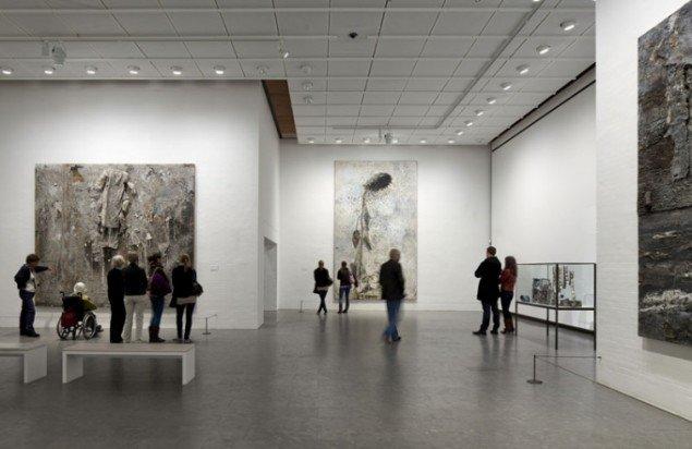 Installationsview: Fra udstillingens anden del; Verdenstid-Livstid. (Foto: Poul Burchard/Brøndum & Co)