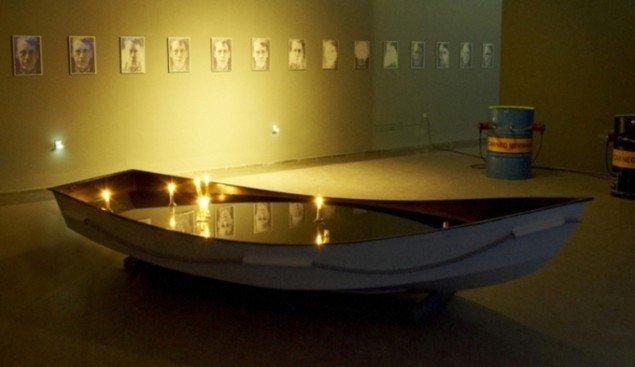 I forgrunden: Installation af Belu-Simion Fainaru. Langs væggen til venstre: Fotoserie af Sven Dalsgaard. Til Højre: Katja Bjørn: 'Canned Mermaid'. Pressefoto.