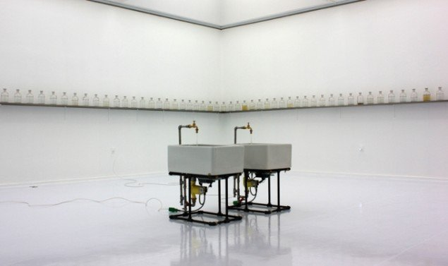 Det hvide rum med værk af Katja Bjørn i midten og Jørn Rønnau på væggen. Pressefoto.