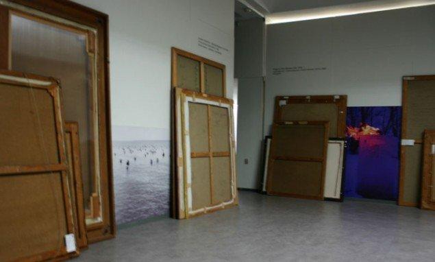 Iscenesættelse med fotos og rygvendte værker fra museets arkiv. Foto: Kristian Handberg.