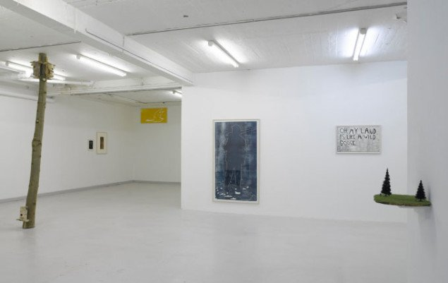 Udstillingsvue med Verdensbillede (til Lars Bent), 2006, og Jæger, 2007. 185x108,5cm, linoleumssnit, samt Same same, but different (Hej Jesper). Miniaturefigurer, træplade. Foto: Overgaden