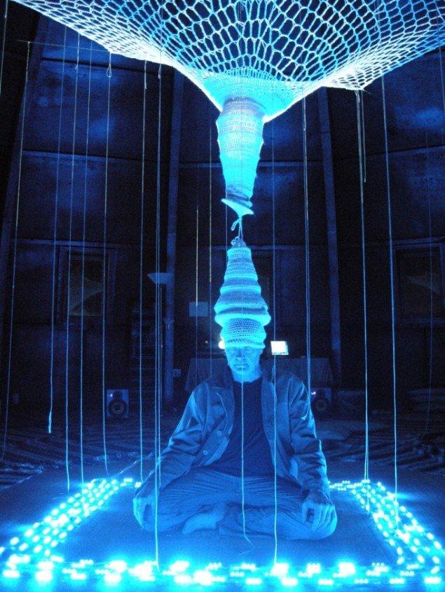 Gimzewski og Vesna deltager i festivalen på Biotopia på Utzoncentret med værket Bluemorph. Pressefoto: Port 2010.