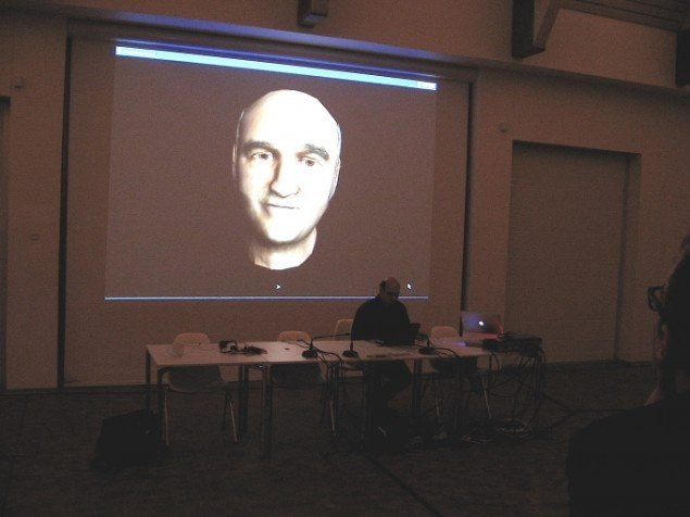 Stelarc viser sit værk Prosthetic Head. Foto: Jeppe Lentz