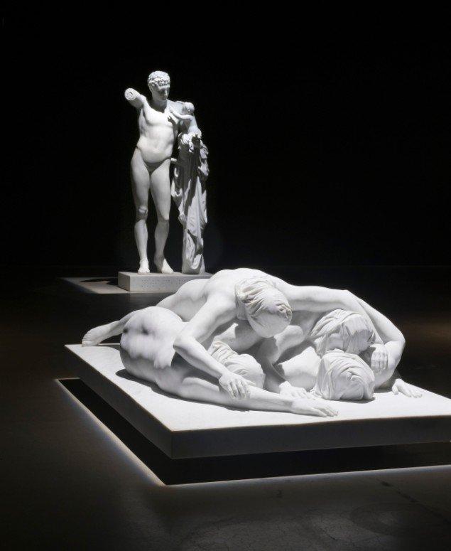 Udstillingsview af Lemmerz' marmorskulpturer med skulpturen Abu Ghraib i forgrunden. Foto: ARoS/Ole Hein Pedersen