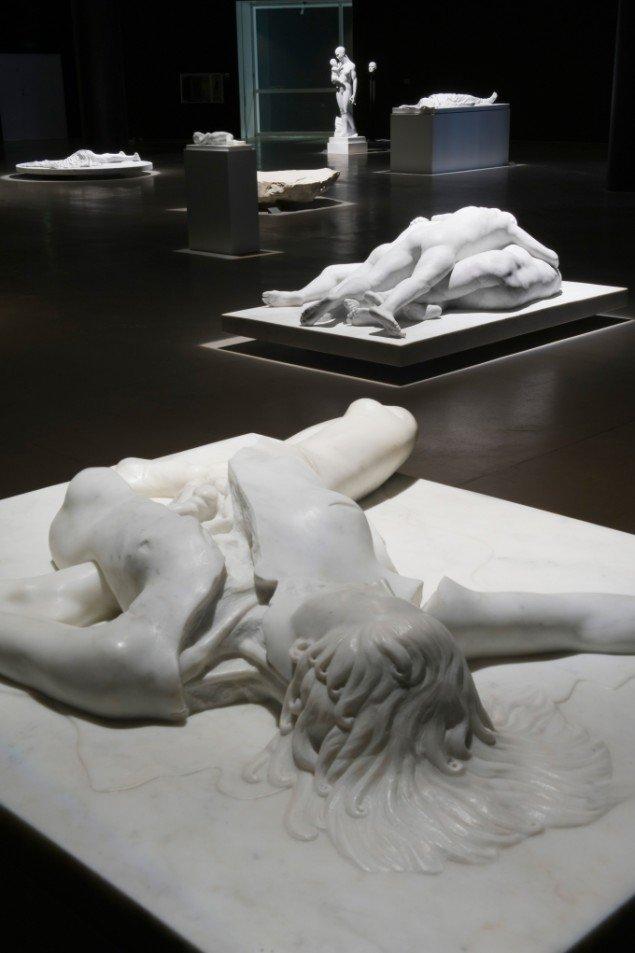 Udstillingsview af Lemmerz' marmorskulpturer med skulpturen Untitled (Virginia) i forgrunden. Foto: ARoS/Ole Hein Pedersen