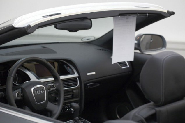 Et af udstillingens dyreste værker. En Audi cabriolet på Østerbro-siden af en halv million. (Foto: Anders Sune Berg)