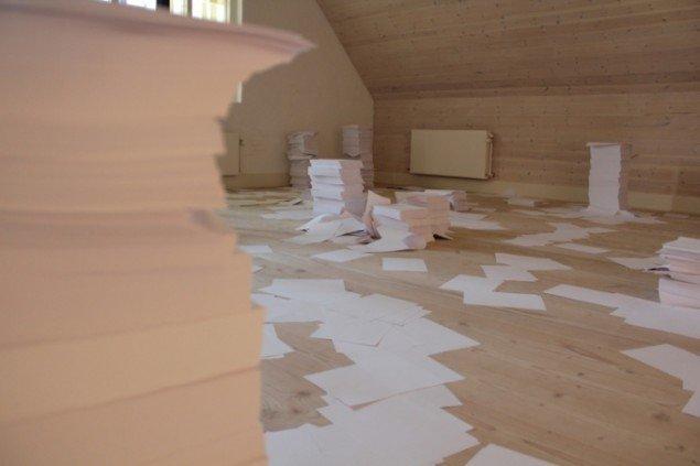 Papir og kaos præger loftrummet på Det ny Kastet. Foto: Rasmus Albertsen