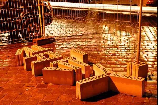Tilfældige materialer fundet i byens skatkammer skaber flygtige momentane installationer.