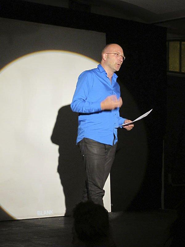 Torben Sangilds live-anmeldelse af CoreActs aktuelle værk: Undgåelsens bevægelighed. (Foto: Gert von der Pumplei)