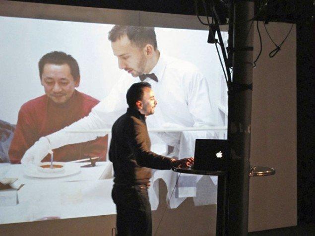Joshua Sofaer præsenterer sine projekter, hvor han helt konkret servicerer sit publikum. (Foto: Gert von der Pumplei)