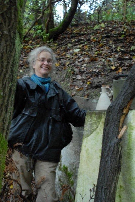 Lise Seier Petersen sammen med én af sine flaskeposter. Foto: Ole Bak Jakobsen.