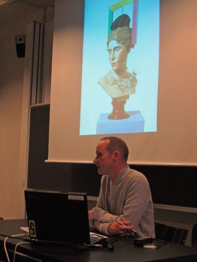 Kunsthistoriker Rune Gade og Wilhelm Freddie´s værk; Sex-paralysappeal. I 1937 åbnede han sin første separatudstilling, hvor flere af værkerne blev konfiskerede pga. anklager om pornografisk virksomhed. (Foto: Mia Keinicke)