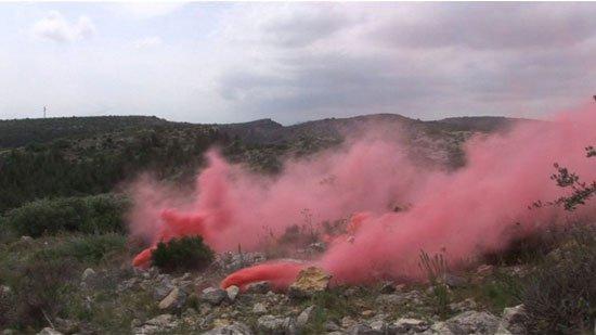 Anna Malagrida, Frontera (Grænse), 2009. Den røde røg, der både har associationer til frygt og glæde, slører, ligesom støvet på ruderne i Triptico Azul, udsynet til landskabet.
