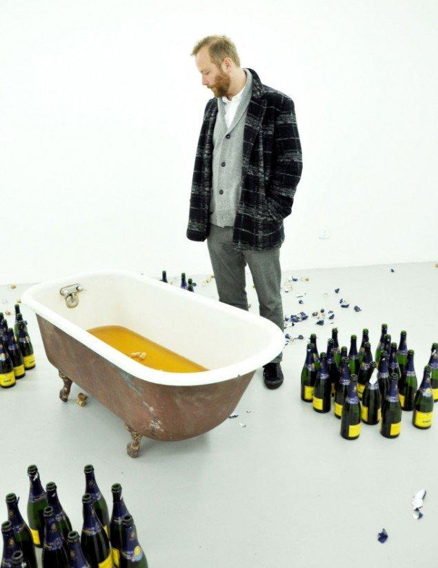 Michael Bank Christoffersen i kælderens champagnebad, næsten symbolsk i forhold til den 33-årige gallerists kometagtige karriere. (Foto: Gurli Sørensen)