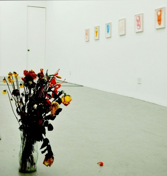Blomster foran aftryk af blomster fra Bonacinas aktuelle udstilling. (Foto: Gurli Sørensen)