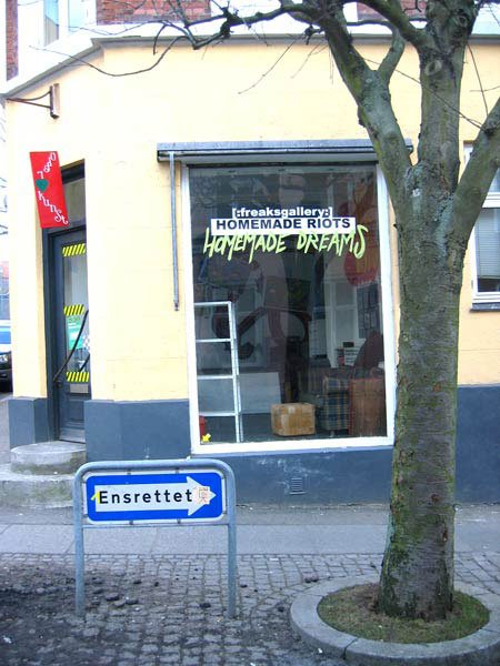 Øgaderne har fået besøg af det meningsdannende galleri [:freaksgallery:], nu i anarkistisk leg med galleriet Überkunst. Foto: Anne Dyhr.