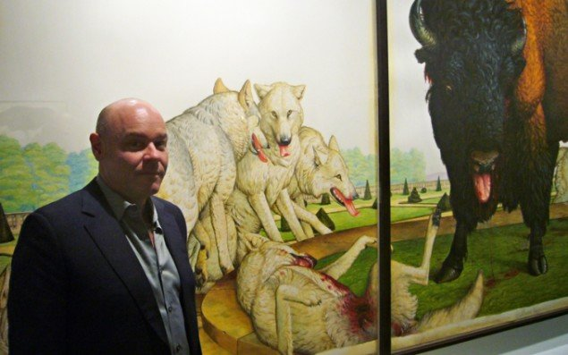 Walton Ford foran værket Le Jardin, 2005, hvor en flok ulve langsomt nedlægger en bisonokse. (Foto: Matthias Hvass Borello)