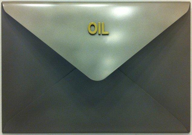 Mogens Møller: OIL kuvert, 2007, 80x26x17 cm. Foto: Galleri Christoffer Egelund.