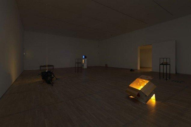 Udstillingsvue fra Hip Hip Hurra. Udstillingens lys kommer kun fra de udstillede værker. (Foto: Anders Sune Berg)
