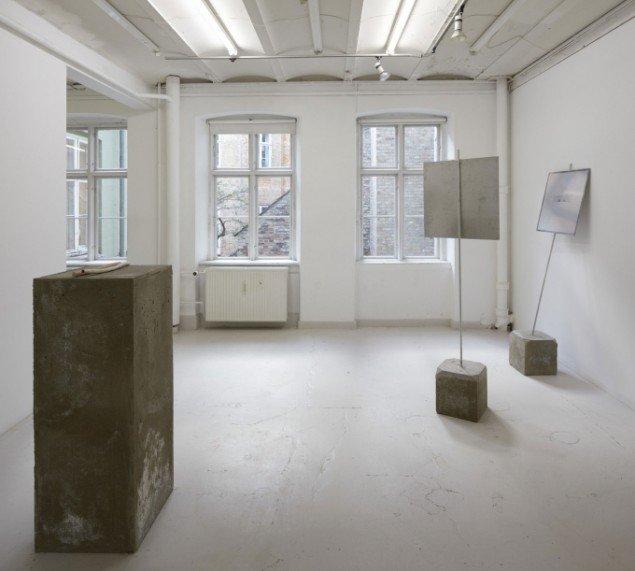Rå beton indgår i udstillingen som reference til israelske checkpoints. Værker af Helen de Main. (Foto: Anders Sune Berg)