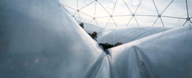 Tomas Saraceno har bragt værket Walking on Clouds med til Kunsten i Ålborg. Saracenos spektakulære svævende installationer har blandt andet været vist på Venedig bienalen. Pressefoto.