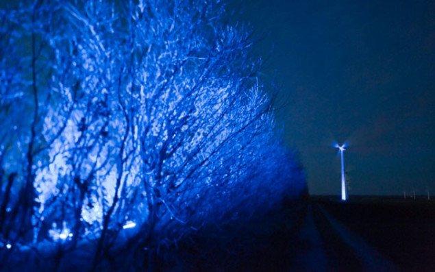 Vindmølle af  lys langt ude på landet