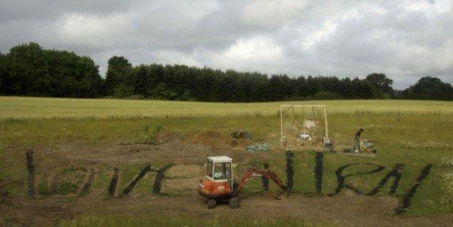 Kunstprojekt udfolder sig på en mark i Viby J