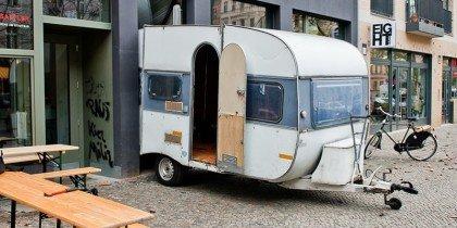 Hvordan får man en campingvogn ind i et 5m2 stort rum?