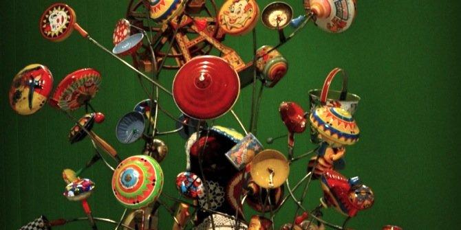 Funklende tekstilskulpturer og hvide videoverdener