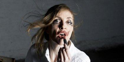 Når en moderne kvinde lægger make-up