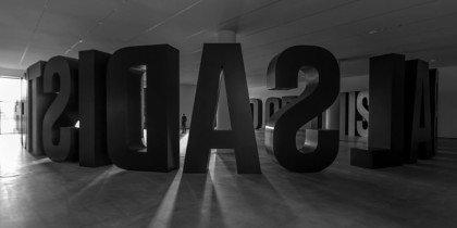 Store bogstaver i et tomt rum