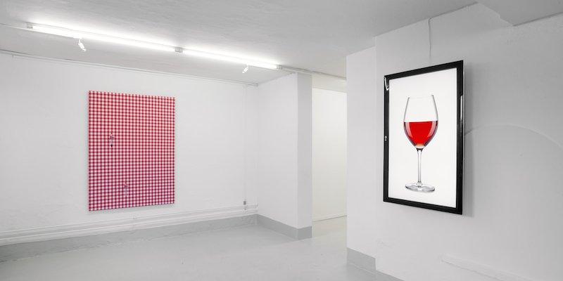 Fotograf lagrer vin på Galleri Image