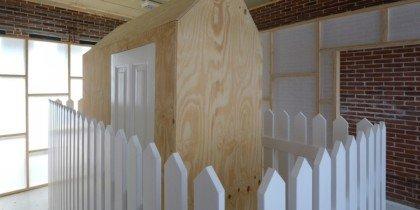 Lækre mursten, vægge, et hegn og en lukket dør