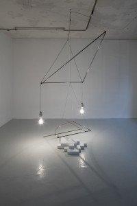 Dissipator 2, 1983. Stålrør, messingrør, wire, ledning, malede træelementer, to 500 watt-pærer. Foto: Anders Sune Berg