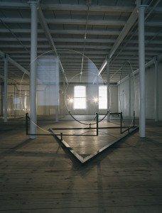 Uden titel, 1991. Glasplader, stål og ophængt aluminiumsrør med tre 650 watt-halogenspot. Foto: Bent Ryberg