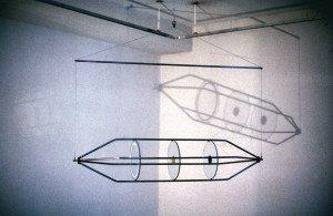 Rotator/Likvidator, 1983. Stålrør, wire og glasplader med bemaling og borede huller. Foto: Thorbjørn Lausten
