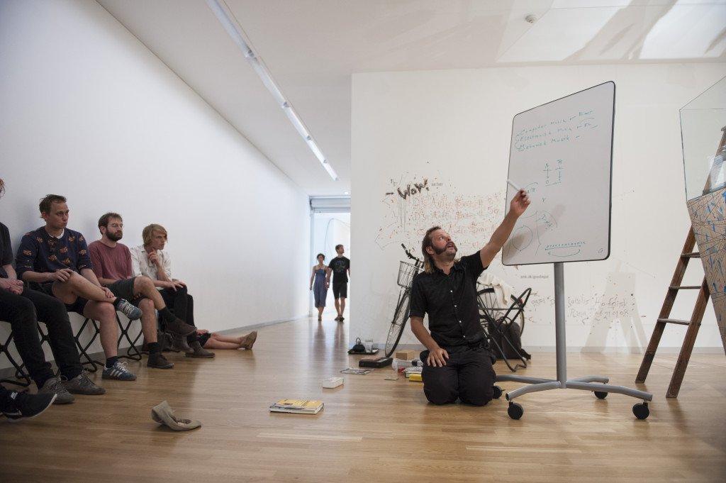 Goodiepal under en af hans spontane forelæsninger. (Foto: Magnus Kaslov / SMK foto)
