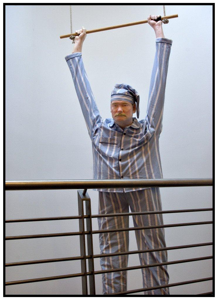 """Peter Land """"Uden titel (mand i trapez)"""", 2003 Olie på fiberafstøbning, tekstil, trapez, 197 x 342 x 310 cm. Foto: Novo Nordisk Art Collection"""