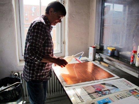 Johanne Foss i værkstedet. Foto: Statens Værksteder for Kunst.