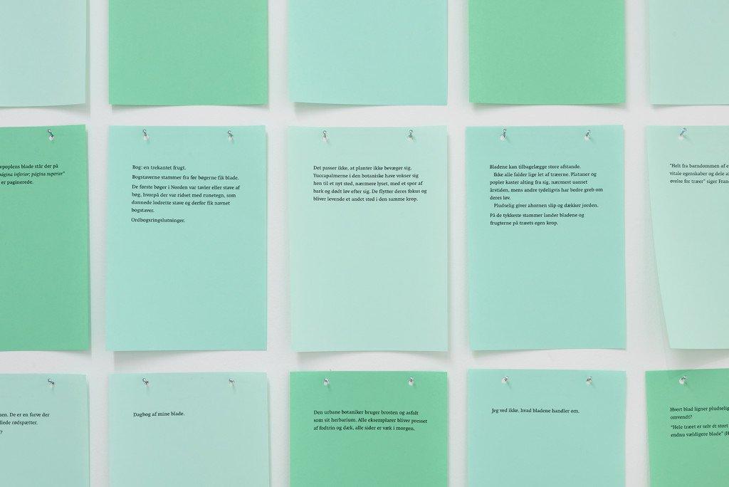 Christian Yde Frostholm: Urban Botanics (Diary from my leaves), 2015, 40 ark med tekst, 15 x 20 cm, Laserprint på A3. Foto: Galleri Image