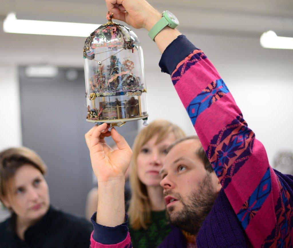 Goodiepal og Marianne Torp (i midten) inspicerer det nye værk til SMKs samling. (Foto: Karen Ormstrup Søndergaard / SMK foto)