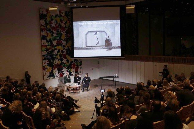 Maria Finder (th.) i diskussion under konferencen. (Foto: Klaus Holsting)