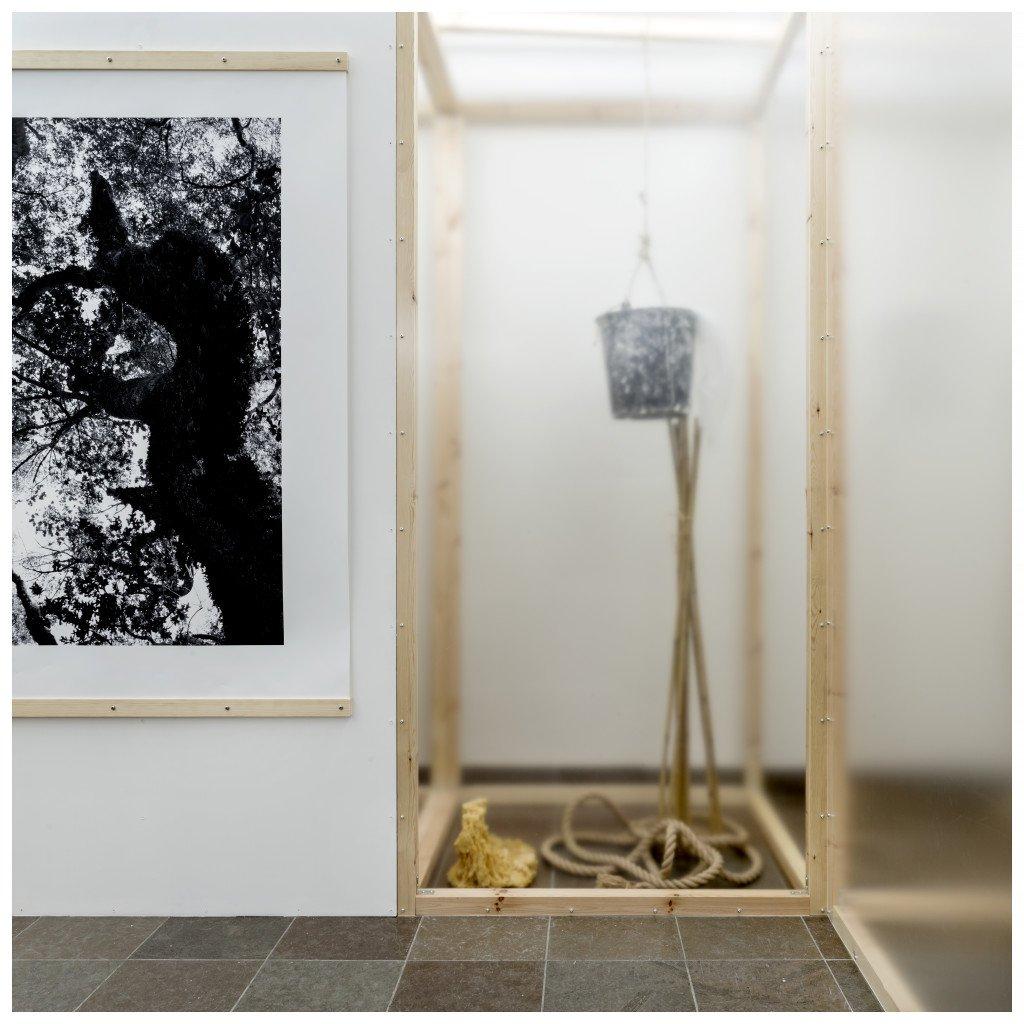 Del af installationen Genspejl skær og Skygge fald, Møstings Hus, 2016. Foto: Jens Lindhe